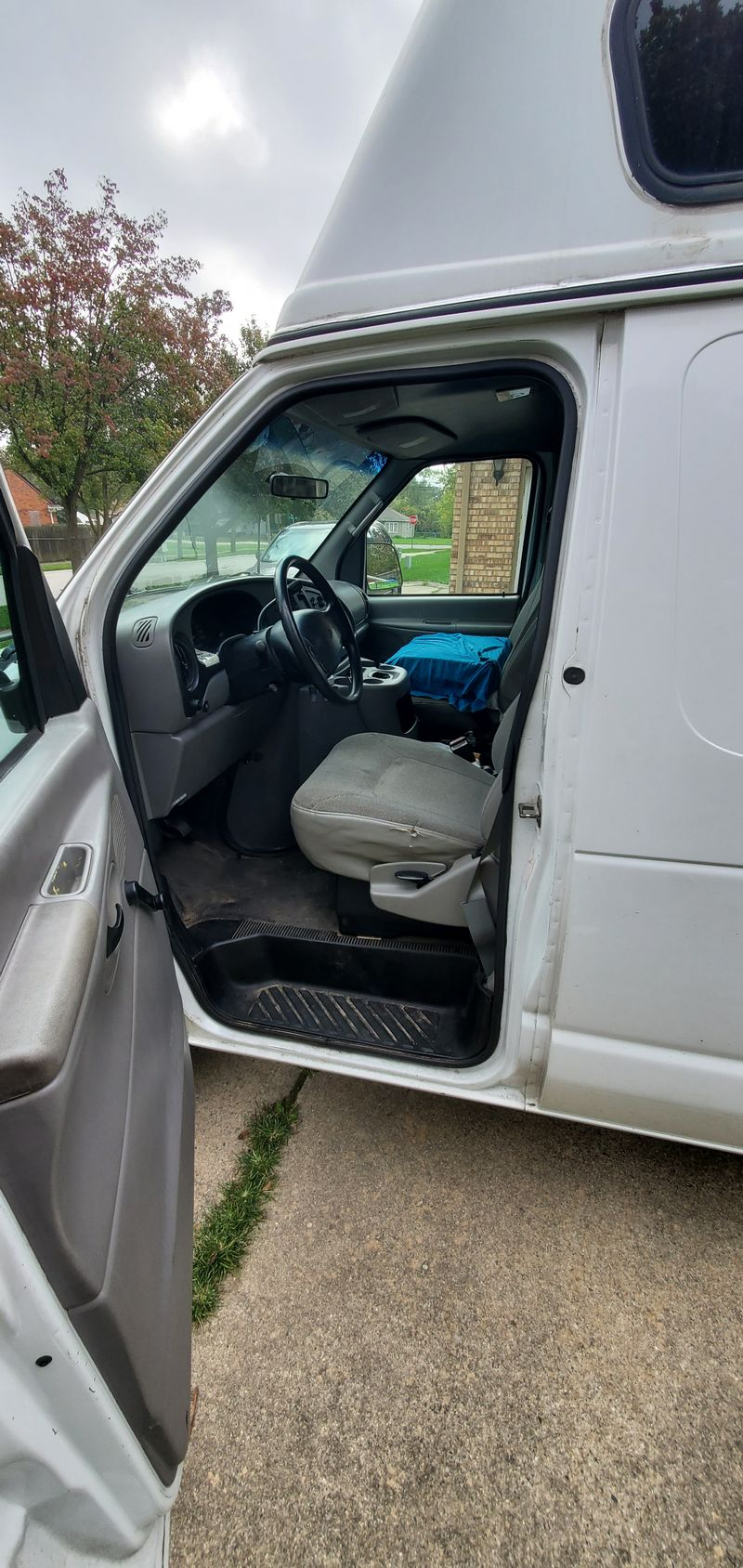 Picture 5/10 of a 2001 E250 econline high top for sale in Troy, Michigan